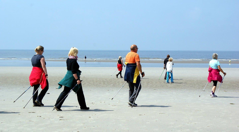 Nordic e beach walking: passeggiare a passo sostenuto